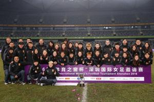 中国女足夺深圳四国赛冠军 美女球员搞怪自拍