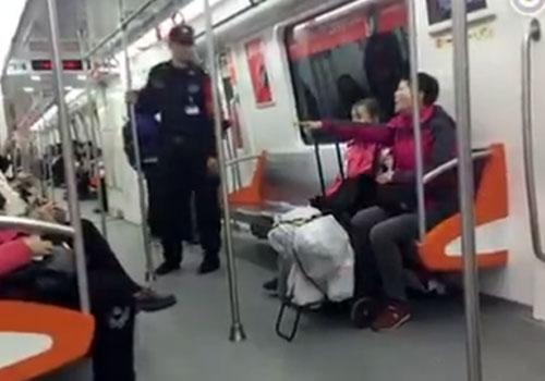 """杭州地铁现""""咆哮女"""" 称我就是没道德"""