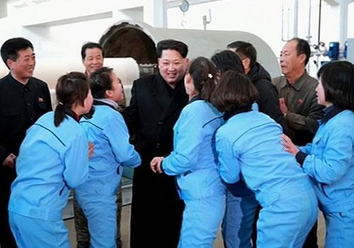 金正恩视察平壤金正淑纺织厂 赞国产书包喜笑颜开