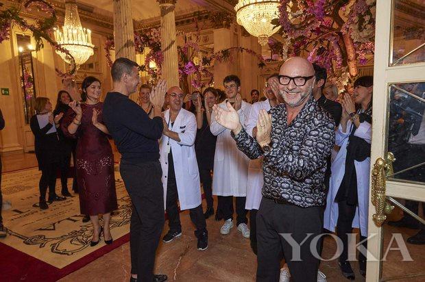 設計師Domenico Dolce與 Stefano Gabbana在後台忙碌