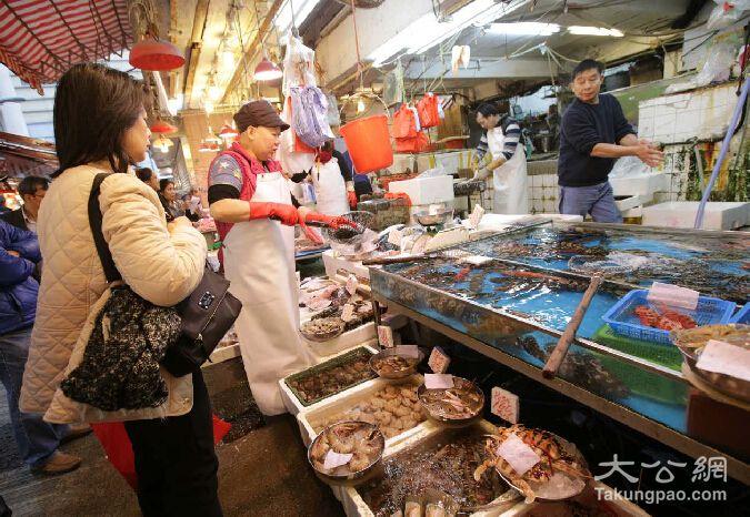 海鲜市场近日多入了斑类及贝壳类等贵价海鲜应市 大公报林少权摄