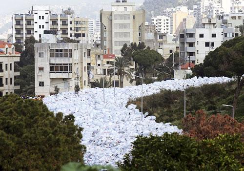 """黎巴嫩垃圾危機持續 垃圾袋""""巨流""""堆滿街道"""
