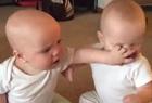 雙胞胎女嬰爭奪奶嘴雙雙奔淚萌翻網友