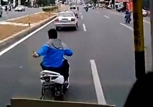 少年街头骑车秀特技逼停公交