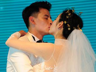 钱泳辰、吕一大婚:新娘伴娘团狂秀事业线性感亮相