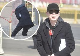 政协闭幕:冯小刚为躲记者钻警戒线