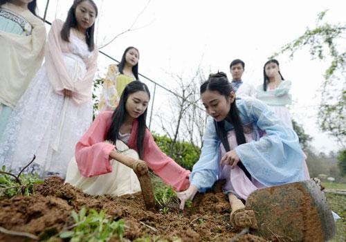 湖南大学生开学首堂实践课 学生着汉服种草药