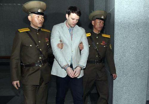 美国大学生被押进朝鲜法庭一幕