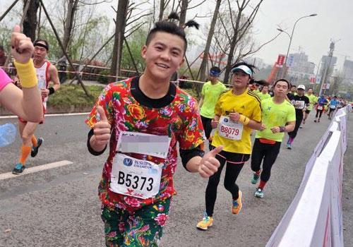 重庆国际马拉松赛选手的奇装异服