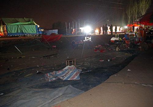 河南气蹦床被风刮飞 20多个孩子摔下