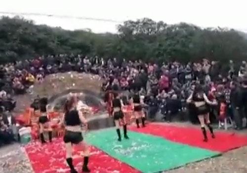 女子在坟头穿短裙跳劲舞祭拜