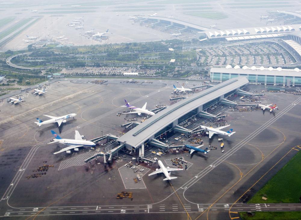 图:白云机场开展筹建第四、第五跑道及第三航站楼,力争在2020年至2025年前推动建设资料图片   广州白云机场追赶香港机场进一步加速。相比香港机场第三条跑道最快要2023年建成,日前白云机场第四、第五跑道和第三航站楼工程预可研报告公开招标,计划2025年前建设,意味?
