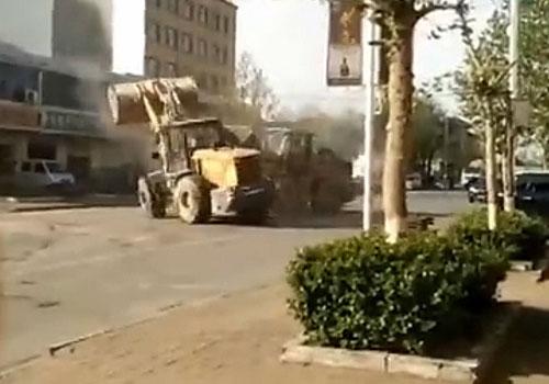 河北:铲车当街决斗混战画面