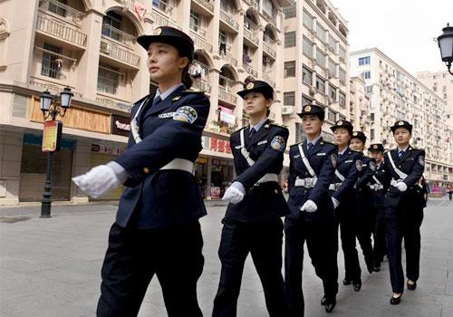 图片故事:步行街上的女子执法中队