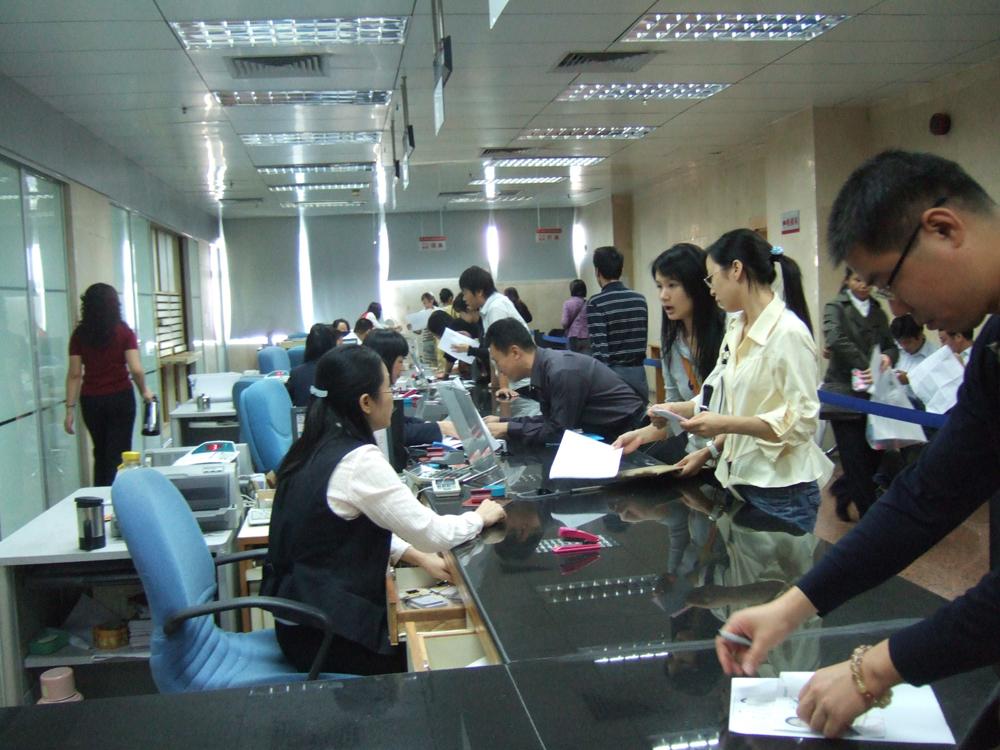 图:20日,人头攒动的深圳社保局办事大厅