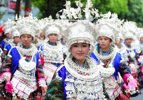 贵州台江举行万人盛装巡游