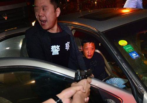 """警方荷枪实弹""""阻击""""毒贩 缴获1.5公斤毒品"""