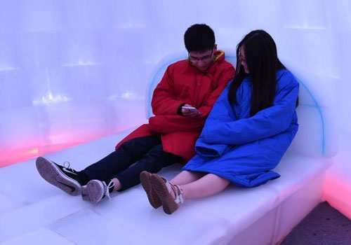 重庆室外气温升至35℃ 市民室内睡冰床纳凉