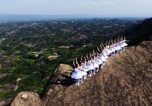 芭蕾舞者悬崖边起舞