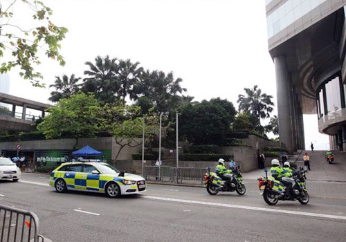 张德江车队到达君悦酒店
