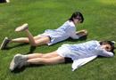 许晴重返校园时光 躺草坪看书大秀美腿