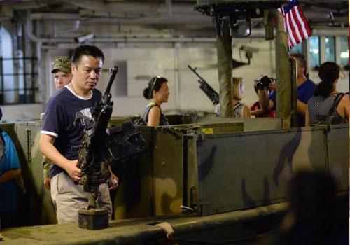 美国纽约舰队周开幕 民众参观舰船