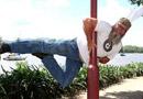 澳55岁中年大叔疯迷钢管舞 姿势优美