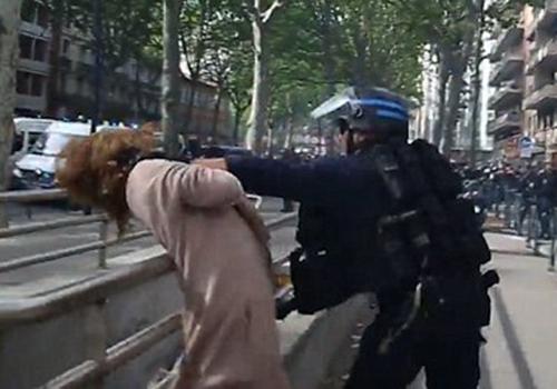 法国女路人被武装警察暴力制服