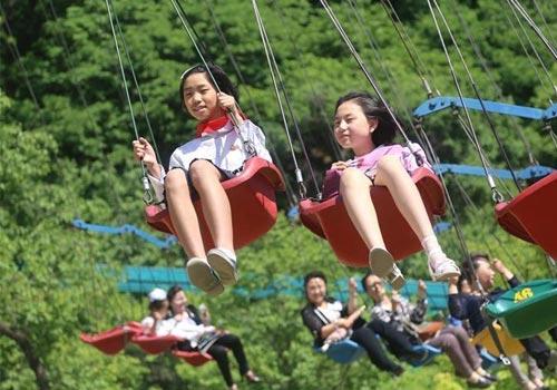 """朝鲜儿童欢度""""六一"""" 游乐园玩耍"""