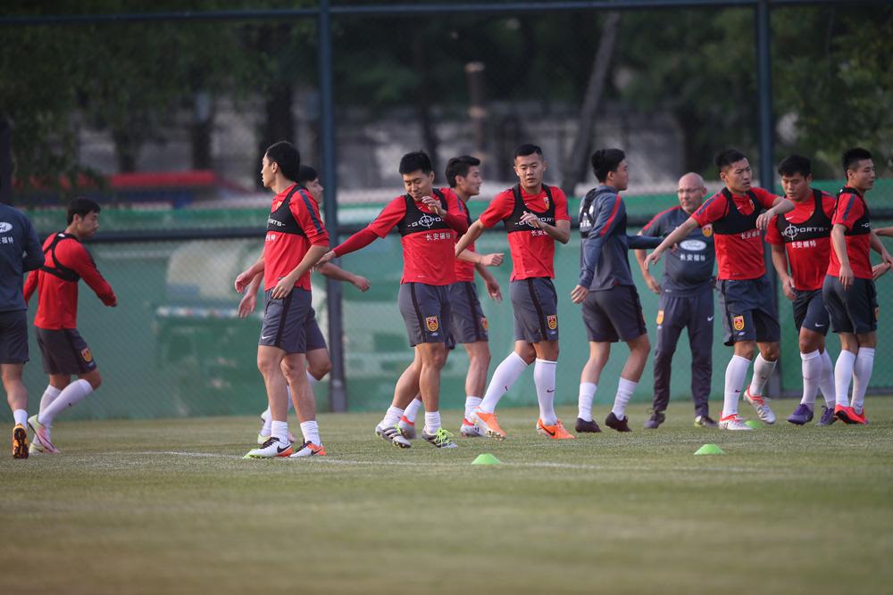 新浪体育报道:中国国家足球队今晚将在河北华夏幸福的主场,秦皇岛奥体