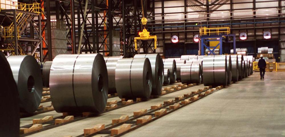 美国伯利恒钢铁公司的冷轧板厂/网络图   大公网6月6日讯 据《华尔街日报》报道:近期美国针对进口钢铁产品采取的贸易保护措施,虽有利于本国钢铁产业,却显著抬高了其国内钢铁价格,打击了美国制造业。数据显示,今年一季度,美国钢铁产品进口量同比下降了29%。美国一家制造业公司表示,美国政府针对钢铁产品的贸易保护措施,已使该公司成本大幅增加,若不做改变,其位于俄克拉何马州的一家工厂将被迫关闭。   美国国际贸易委员会5月26日发布公告,决定对中国钢铁企业及其美国分公司共计40家企业在美销售的碳钢与合金钢产品发起