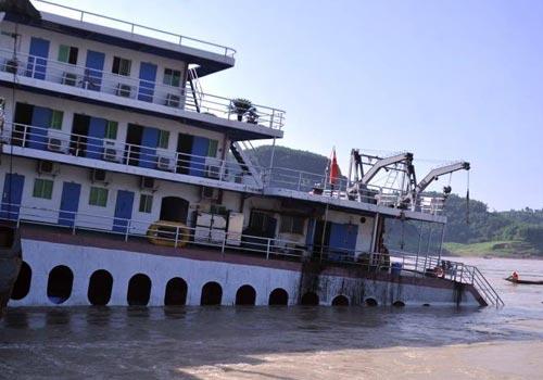 長江重慶涪陵水域一滾裝船觸礁