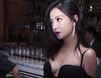 赵薇低胸裙性感现身 变身复古名伶