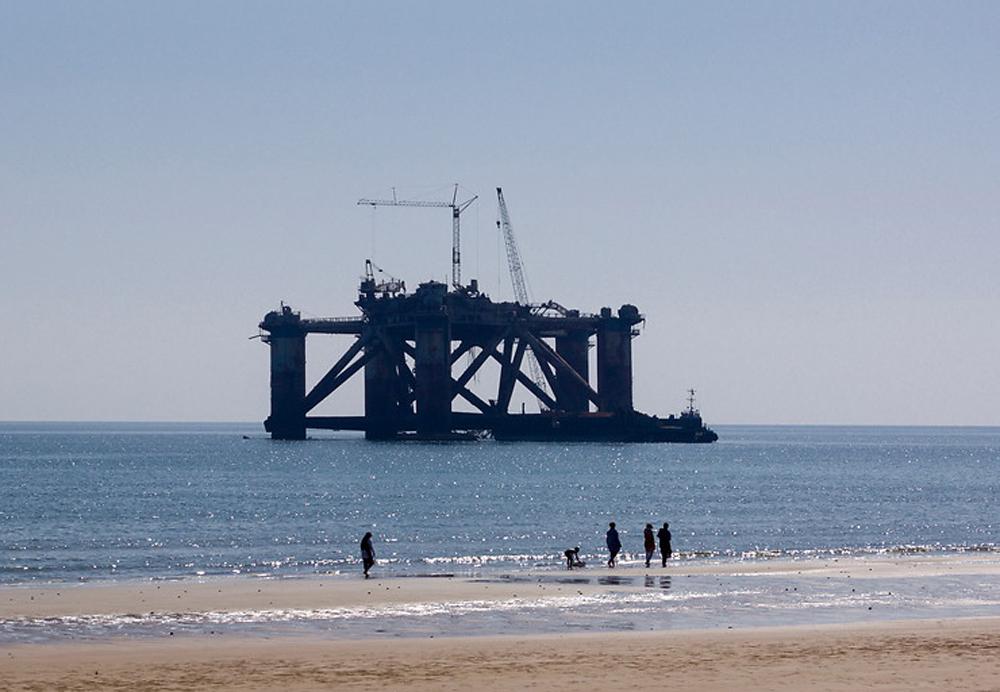 格什姆岛海岸边正在建设中的钻井平台  网络图片