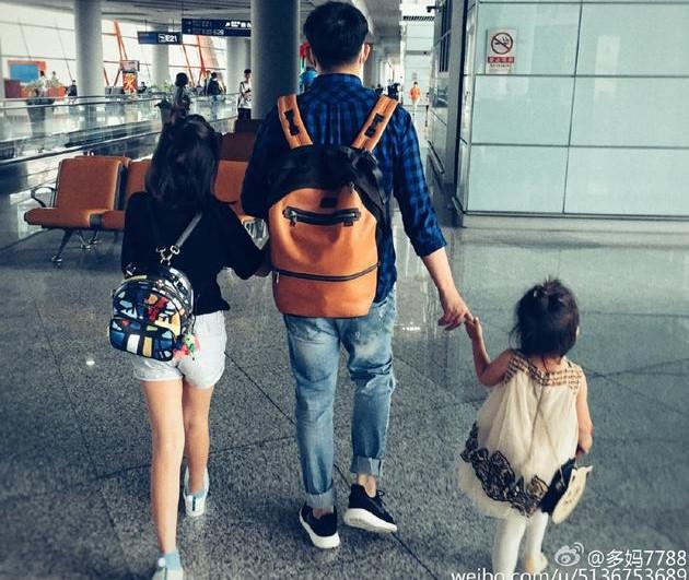 """黄磊机场手牵俩女儿上演""""他们仨"""""""