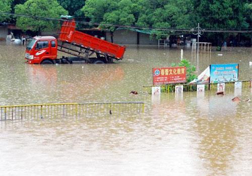 中国南方遭暴雨袭击 多地出现洪涝