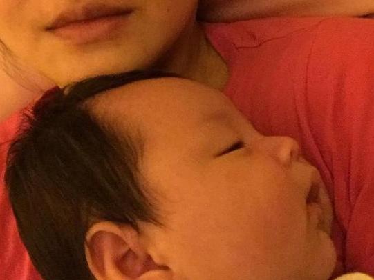 大S儿子长成小肉球 躺妈妈怀中熟睡