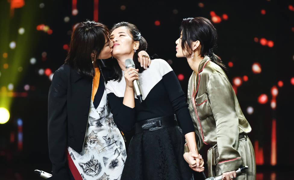 好姐妹情深!白百何霸氣貼吻劉濤