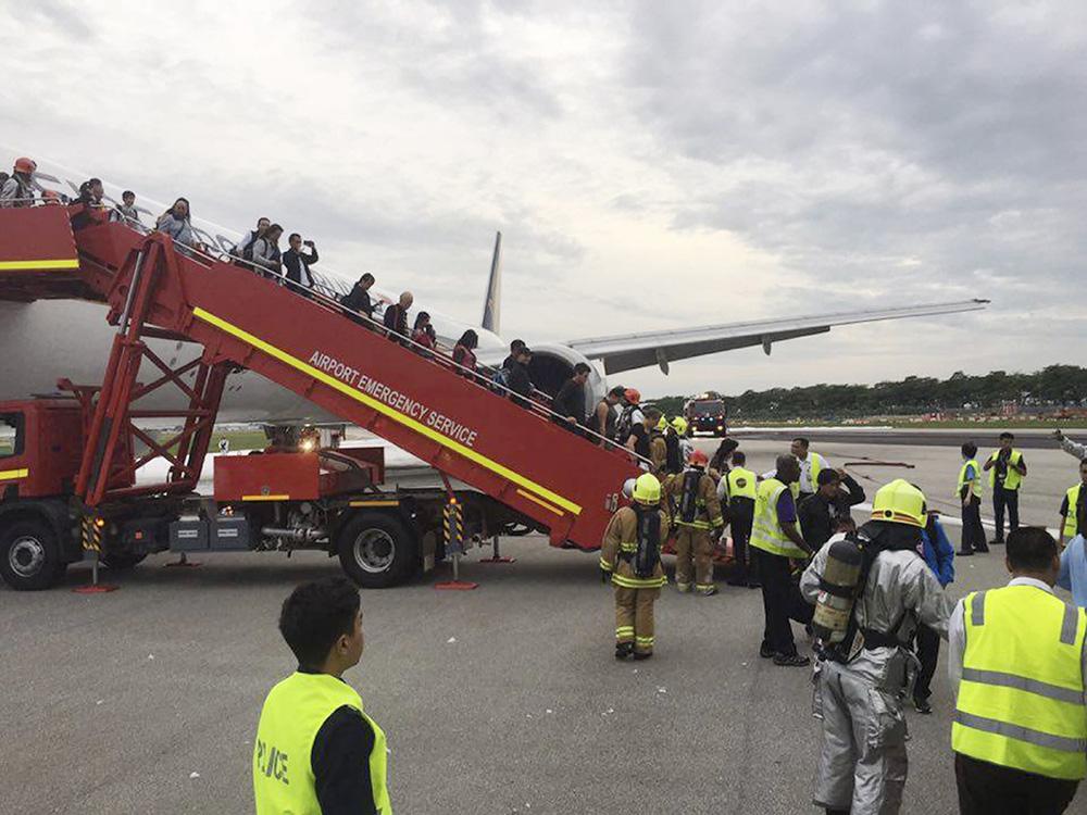 有飞机专家称,当飞机降落时缓缓停下,燃料可能覆盖机翼和表面,可能是