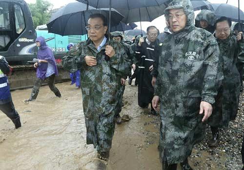 李克强在武汉长江干堤现场指挥抢险救灾