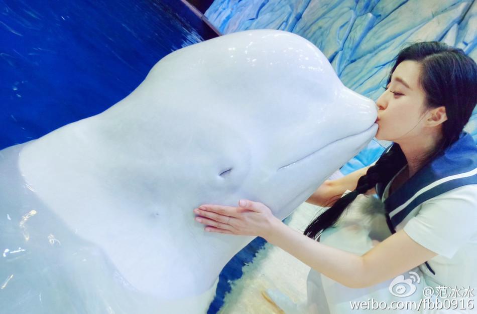 范冰冰海洋馆甜蜜吻海豚