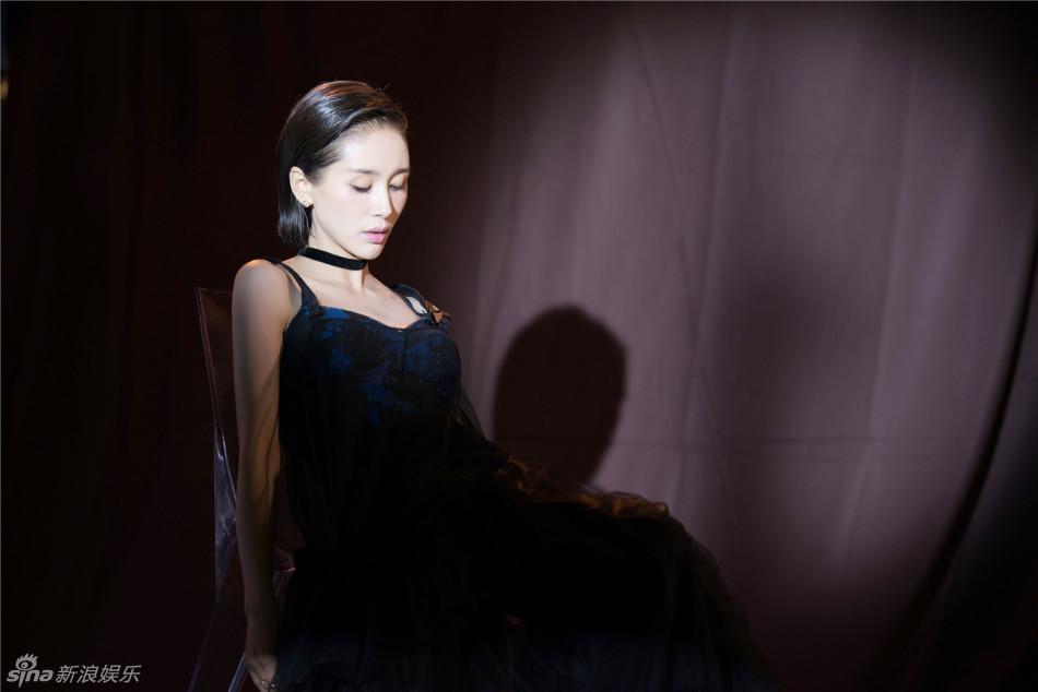 """""""小妖精""""王子文发型帅气 黑色吊带网纱裙彰显女王气"""