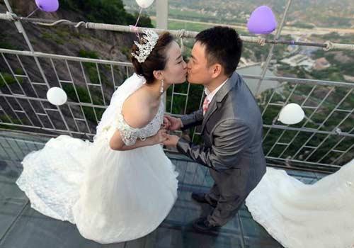 湖南高空玻璃桥办集体婚礼