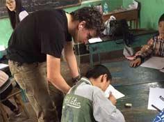 华裔青少年寻根甘肃:帮助山区孩子 感知丝路文化