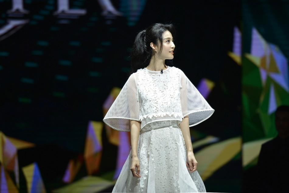 范冰冰镂空白裙少女风超减龄