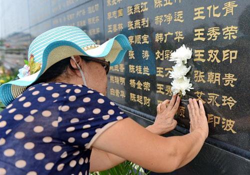 """唐山大地震40周年:""""哭墙""""寄哀思"""