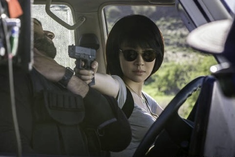 许晴挺美胸玩枪演女警 性感爆棚