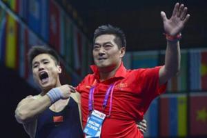 中国举重队:练习场地小 男女同室训练氛围好