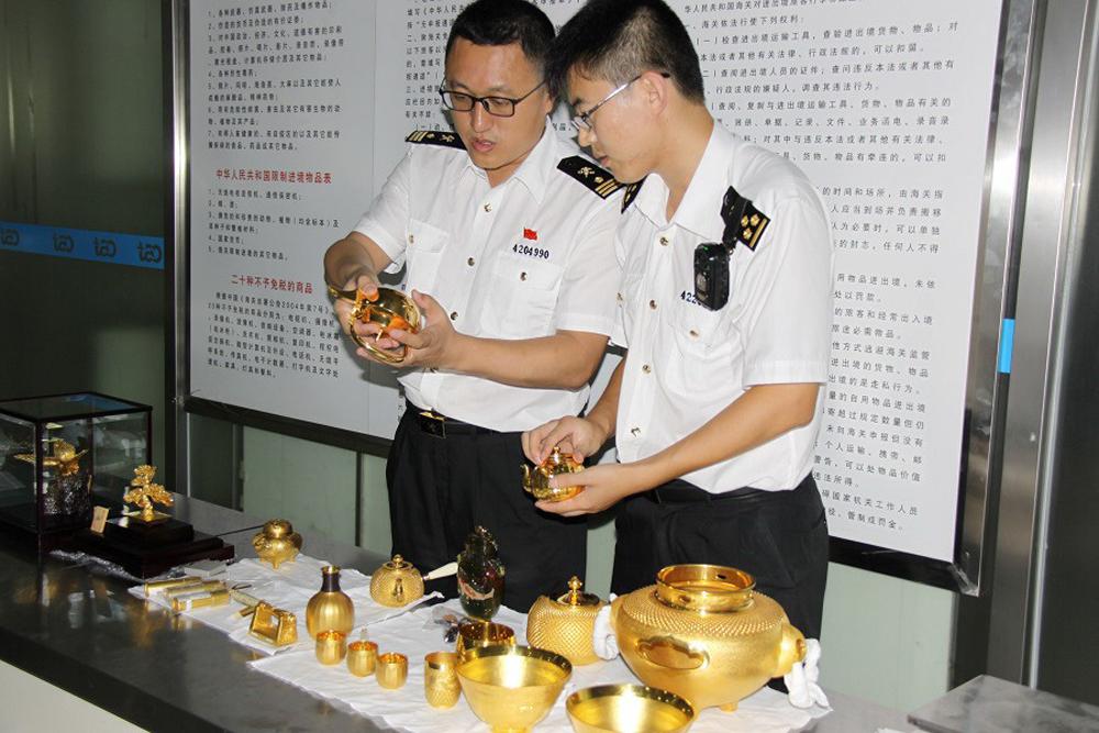 7月29日13时,青岛流亭机场海关对来自日本东京的航班入境旅客进行