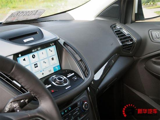 此外,新福特翼虎还配备了其他功能丰富的配置,如前排驾驶及副驾驶座椅提供电动10向调节功能、后门玻璃和后挡风玻璃可选择隐私玻璃、索尼音响系统和9个高保真扬声器、Vista Roof 双开启模式全景天窗系统。